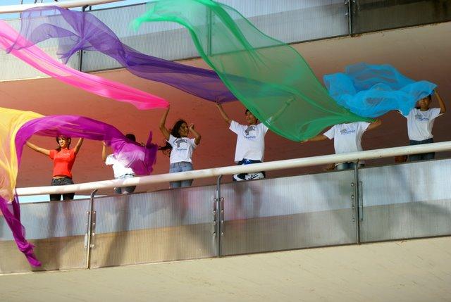 Jovens com lenços coloridos no MAC - Foto Patricia Abreu/Acervo Observatório Jovem
